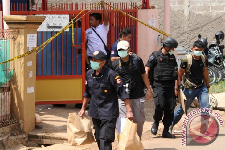 Indonesian anti-terrorist squad discovers bottles of chemicals