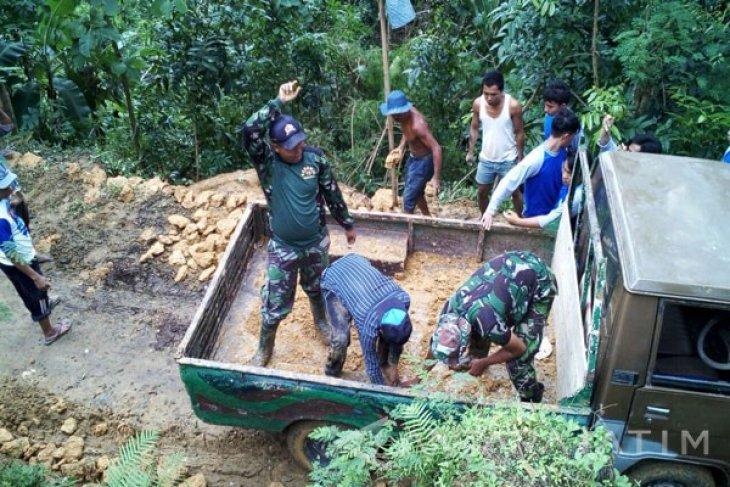 Kodim Terjunkan Babinsa Perbaiki Tebing Longsor