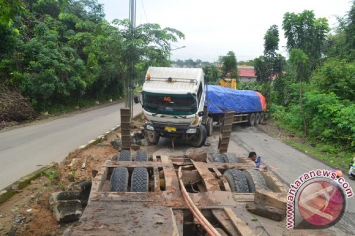 Kotabaru Bangun Jalan Poros