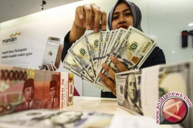 Rupiah forecast to resume weakening on Wednesday