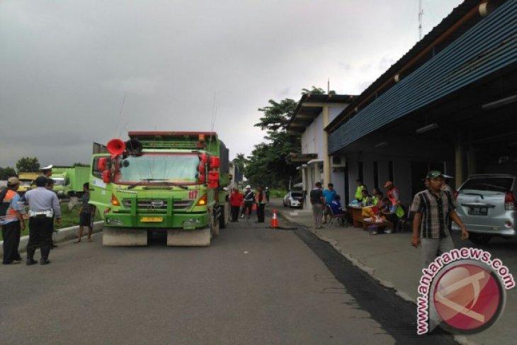 214 kendaraan bertonase berat di tol Jakarta-Cikampek dirazia