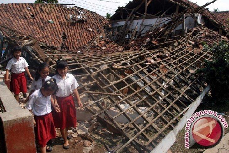 Kemendikbud Perbaiki Sekolah Bekasi Roboh