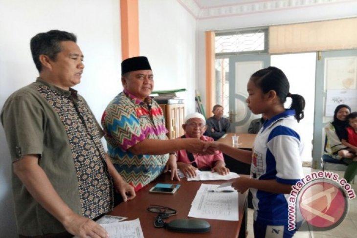 Baznas Sanggau Salurkan Beasiswa