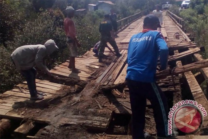 Warga Nibong Sambas Minta Pemerintah Perbaiki Jembatan