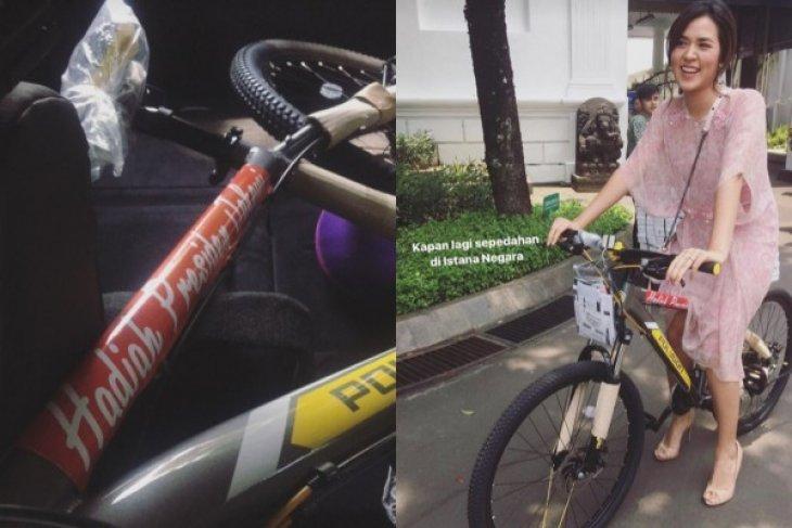 Cerita Raisa Dapat Hadiah Sepeda dari Presiden Jokowi