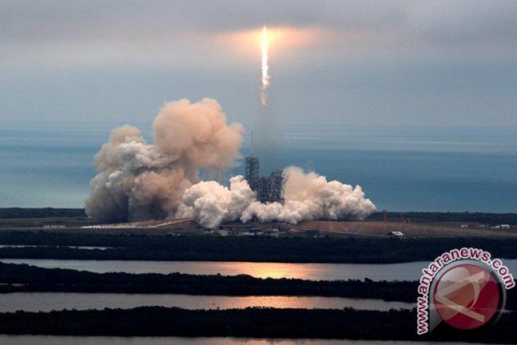 SpaceX luncurkan satelit komunikasi ke orbit