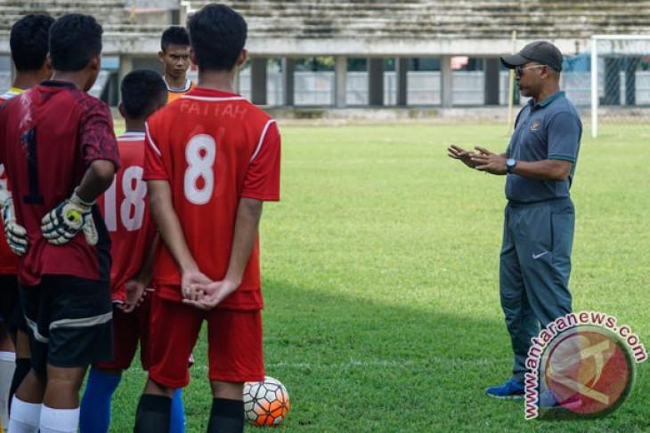 Soccer -Indonesia`s u-16 team beats Myanmar 2-1