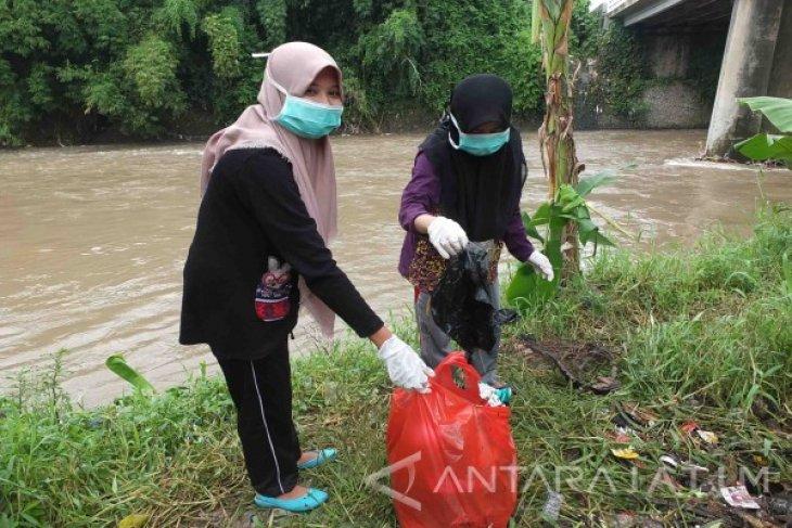 Masyarakat Jember Bersihkan Sampah Peringati Hari Air