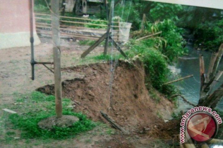 Gerusan Air Sebabkan Badan Jalan Antar Desa Tapsel Amblas