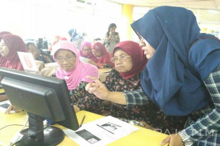 Mahasiswa ITS Latih Lansia Gunakan Internet Sehat