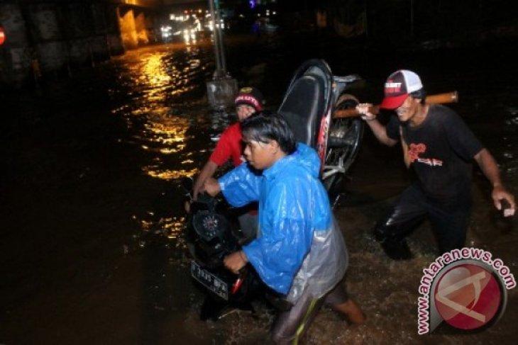 Jalan Utama Galaxy Bekasi Terputus Akibat Banjir