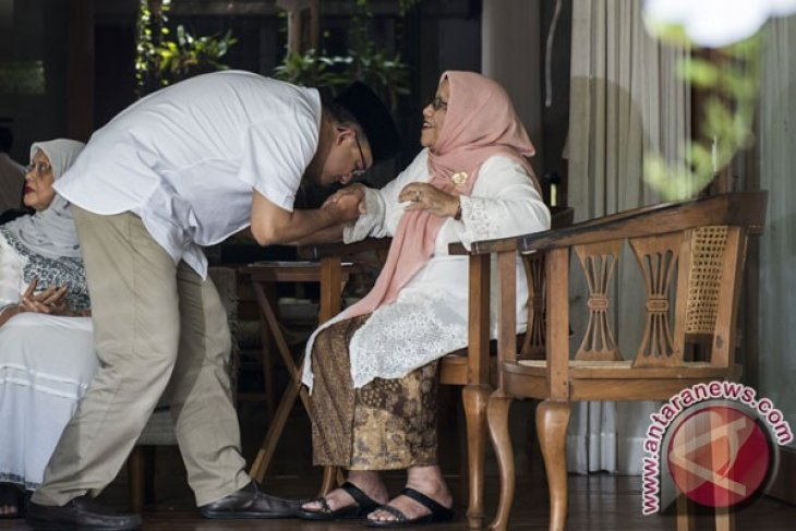 Baswedan pays respect to parents before casting vote