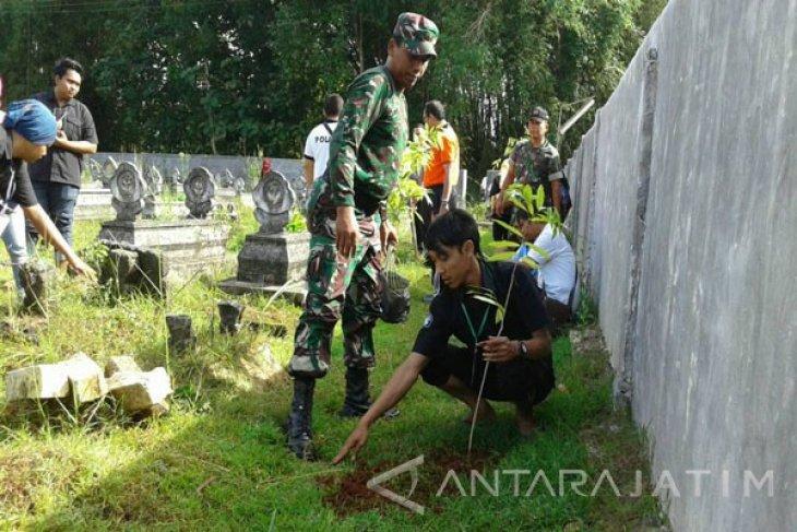 TNI-Mahasiswa Unira Pamekasan Tanam Pohon Hari Bumi