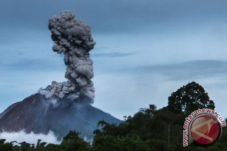 Mount Sinabung erupts early Thursday morning