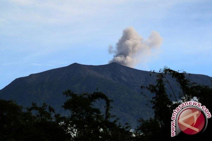 Tim SAR evakuasi pendaki jatuh di puncak Gunung Marapi hingga tengah malam