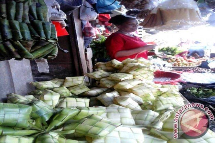 Perajin anyaman ketupat di Ambon panen rejeki