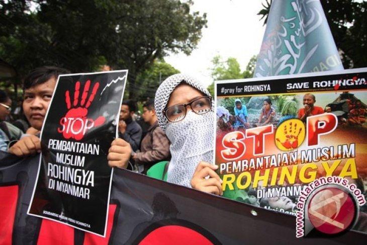 Polisi Myanmar lari saat Muslim Rohingya diserang massa