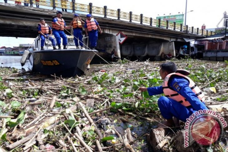 Satpolairud Banjarmasin Bersihkan Sampah Di Sungai Martapura