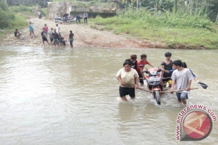 Warga Inginkan Jembatan Di Sungai Seberuang Kapuas