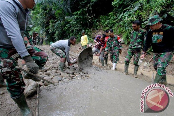 TNI-Masyarakat Mengerjakan Jalan Rabat Beton Desa Tulabolo