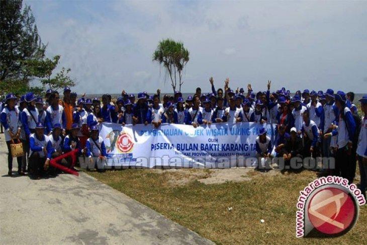 Ratusan Pemuda Punguti Sampah Pantai Ujung Pandaran