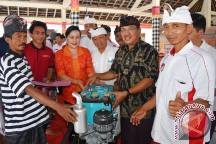Dewan Serahkan Mesin Pertanian Di Desa Punggul Abiansemal