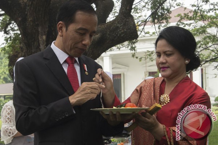 President Jokowi attends wedding of ex-driver`s daughter