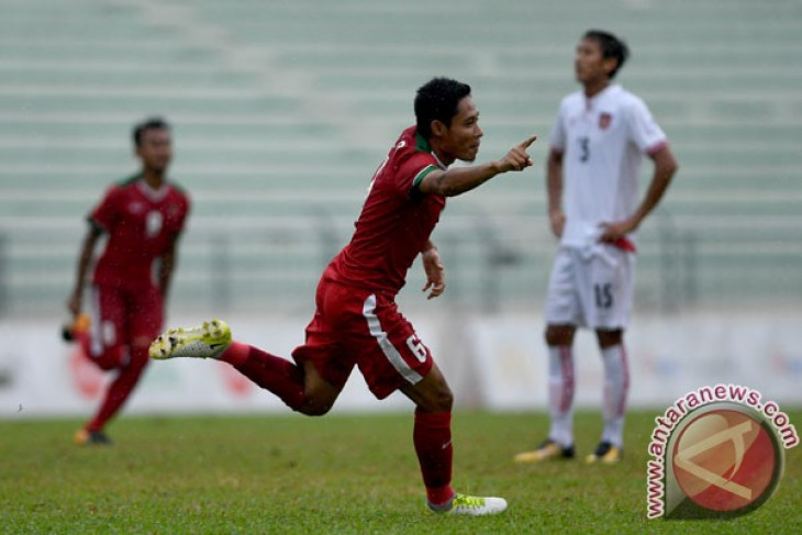 Asian Games - Indonesia`s U-23 national team anticipates crossing ball of Taiwan