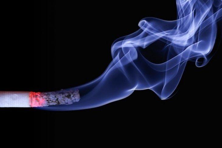 Asap rokok bisa tularkan COVID-19, ini kata IDI