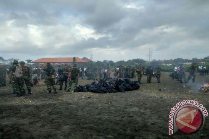Kodam Udayana Pungut Sampah Plastik di Pantai Biaung