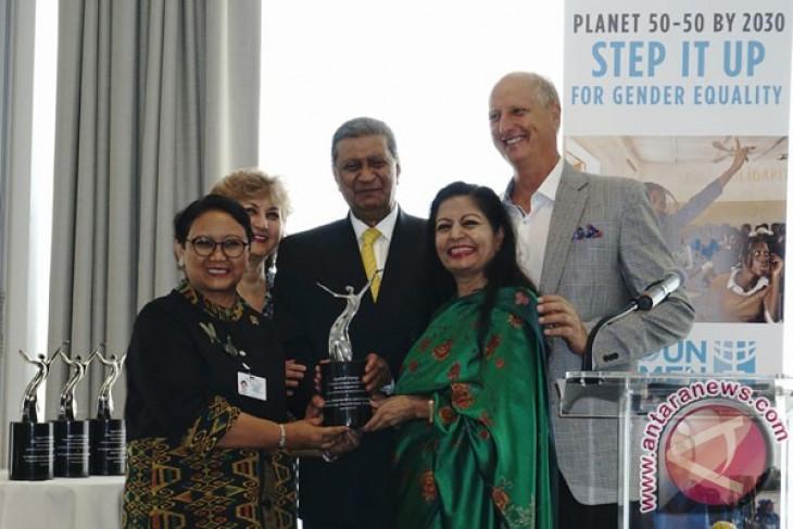 Retno Marsudi conferred agent of change award by UN women