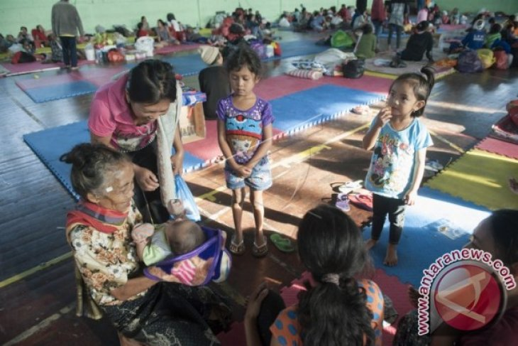 Ayu Pastika Bantu Pengungsi di Kabupaten Buleleng