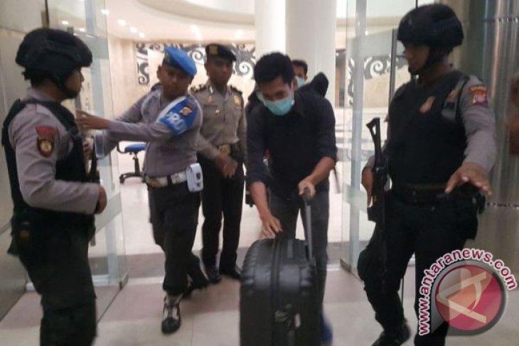 Penyidik KPK Bawa Dua Koper dari Pemkab Kukar