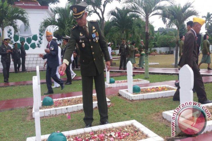 Jajaran Korem 042/Gapu Ziarah ke Makam Pahlawan