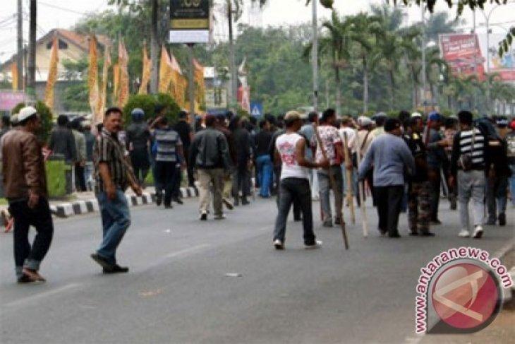 Unjuk rasa bentrok, empat polisi dan tujuh buruh terluka