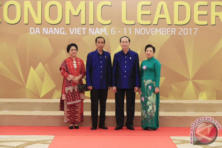 Jokowi welcomed with state ceremony in Vietnam