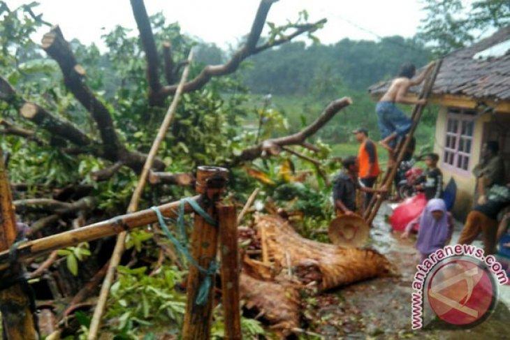 Desa Ciheulangtonggoh Dilanda Puting Beliung