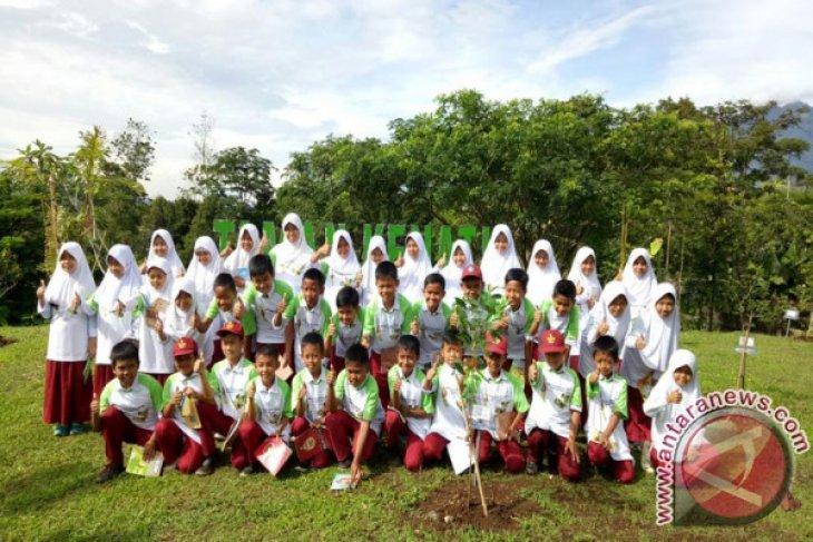 Siswa SD Belajar Konservasi Di Taman Kehati