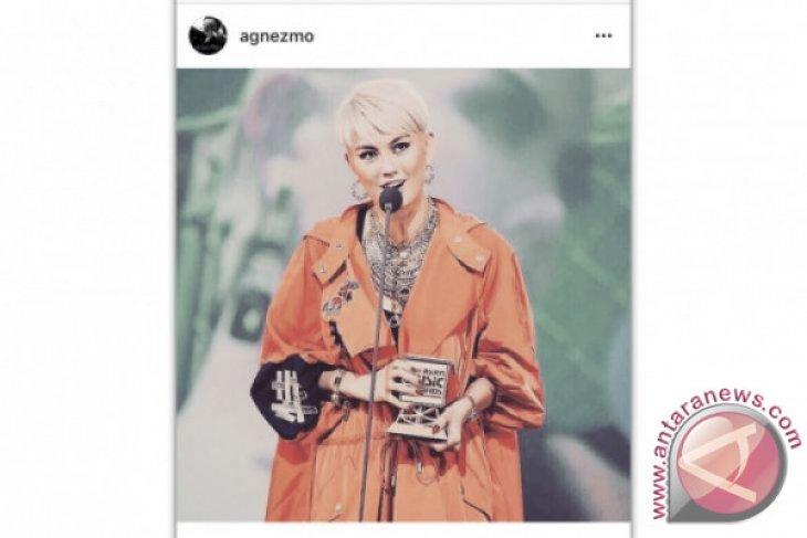 Agnez Mo Dapat Penghargaan di MAMA 2017