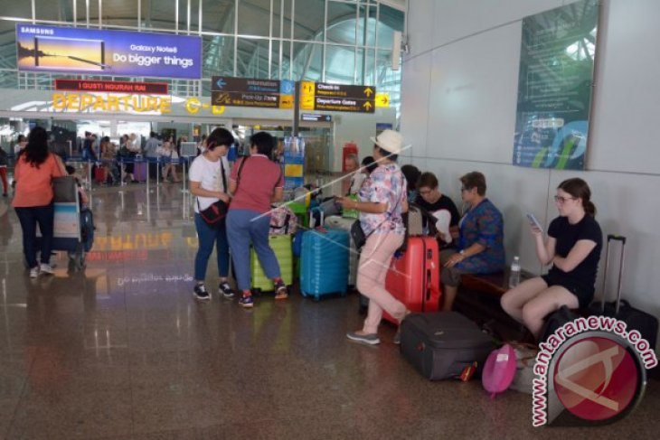 Peringati HTTI, bandara Bali edukasi penumpang bahaya rokok