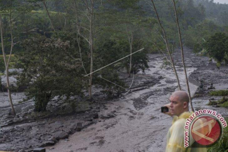 Banjir Lahar Hujan Gunung Agung Terjang Dua Sungai (Video)