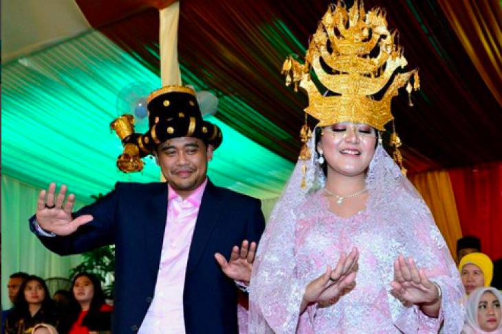 President Jokowi performs Tortor dance during daughter`s Batak wedding procession