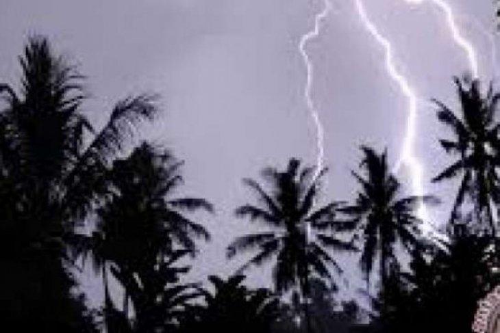 Tiga warga meninggal dan lima kritis akibat tersambar petir di Sukabumi
