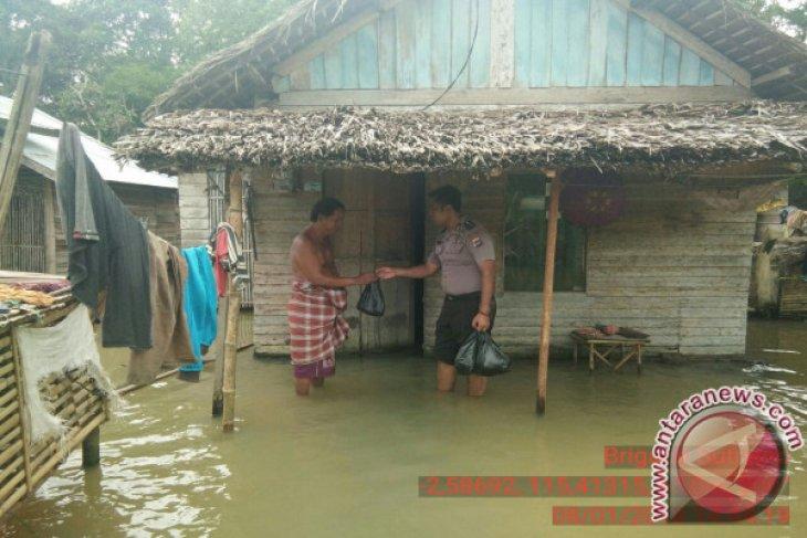 Polsek Batu Benawa Bantu Sembako Untuk Korban Banjir