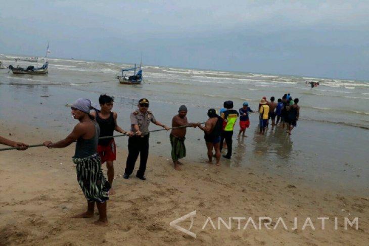 Puluhan Perahu Nelayan Tuban Diterjang Ombak Besar