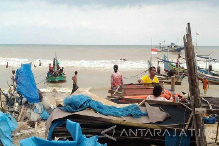 Belasan Perahu Nelayan Tuban Rusak Akibat Ombak