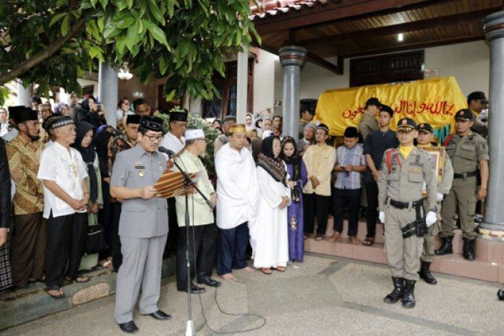 Sekdaprov Lampung Hamartoni melepas jenazah Adeham