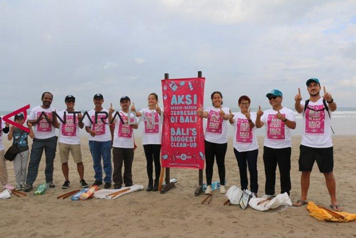 Selebritis-Aktivis Punguti Sampah di Pantai Kuta