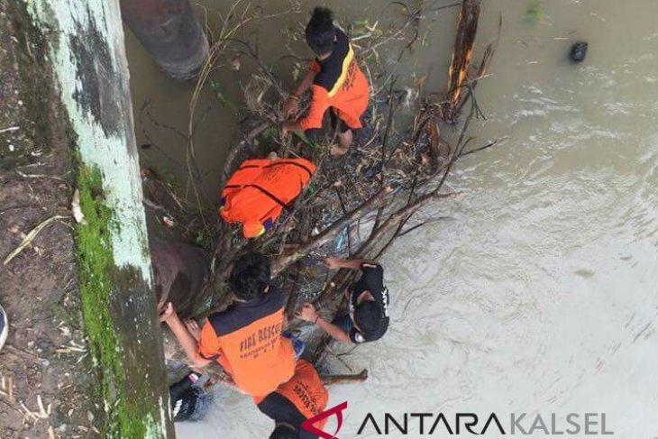 Peringati HPSN Dispera KPLH HSS Bersihkan Sungai