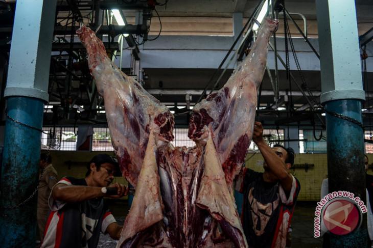 Cegah kerumunan, pengurus Masjid Agung Karawang sembelih hewan kurban di RPH